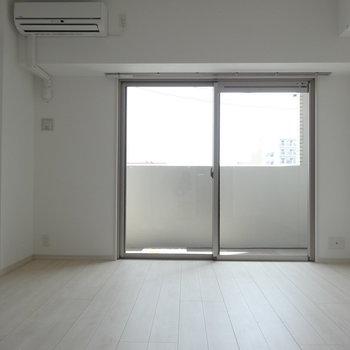 床はマットなホワイト。(※写真は3階の同間取り別部屋のものです)