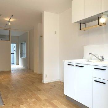 キッチンの棚も木製でかわいさアップ!