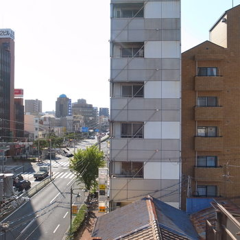 【洋室】南向きの窓。高めのビルが目の前にありますが、比較的抜けています。