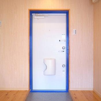 マリンカラーのドア。シューズボックスはご用意ください。
