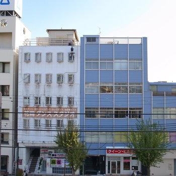 【LDK】こちらは大通りに面しています!4階なので視線はほとんど気になりません。