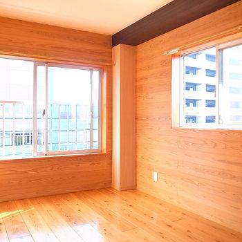 【洋室】右の窓が南向き、左が東向き。日差しがそのまま入ってきます。