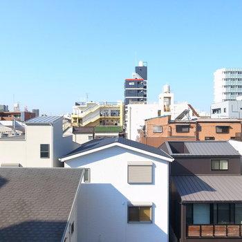 【洋室】西向きの窓は住宅街ののんびりした景色。