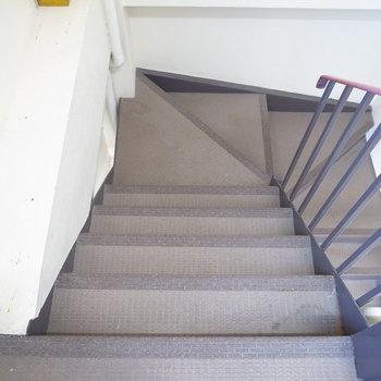 【共用部】お部屋までは階段です。どの階もきれいにされていました。