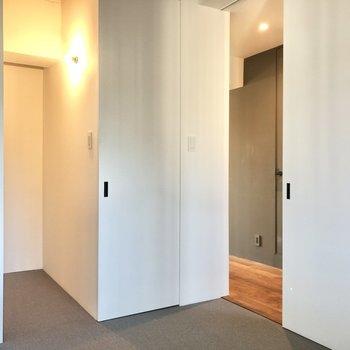 【玄関側の洋室】では廊下へ。