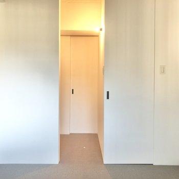 【玄関側の洋室】先程の洋室より気持ち広めかな。
