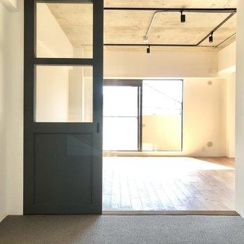 【リビング側の洋室】ここはカーペット仕様。シングルベッドが置ける空間です。