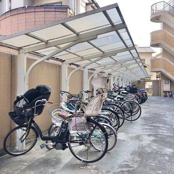 敷地内の駐輪場は半屋根付き。