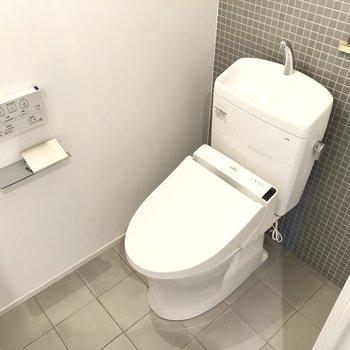 モダンチックなトイレは壁の凹みが収納スペースになります。