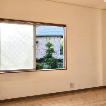 【洋室】2つの窓からしっかり光が差し込みます。