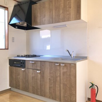 【LDK】キッチンは上下に収納たっぷり。