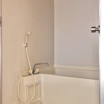 お風呂はシンプルなデザインです。※写真は通電前・フラッシュを使用しています