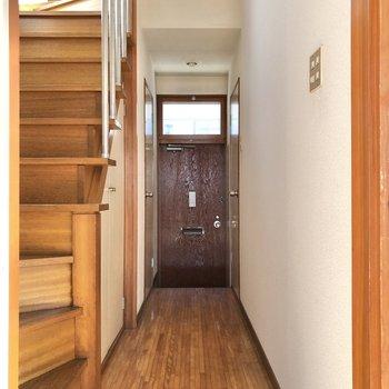 廊下に出ると玄関まで一直線です。