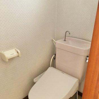 トイレは温水洗浄便座に小窓付き。