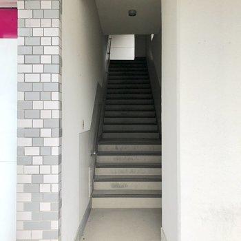 表側1階からの入り口。2階エントランスへ続いています。