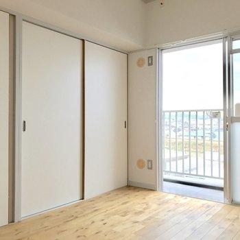 ベランダ側の洋室。(※写真は5階の反転間取り別部屋のものです)