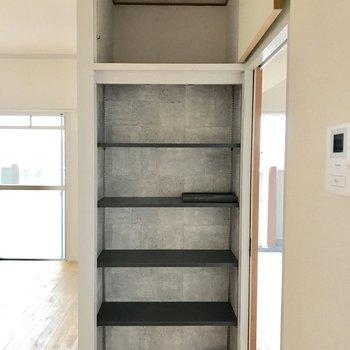 玄関入って真正面にラック。扉がないのですぐに取り出せる。(※写真は5階の反転間取り別部屋のものです)