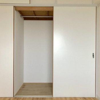 右側。コートなどの畳めない服はこちらへ。(※写真は5階の反転間取り別部屋のものです)
