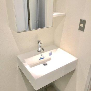 今どきな独立洗面台。(※写真は5階の反転間取り別部屋のものです)