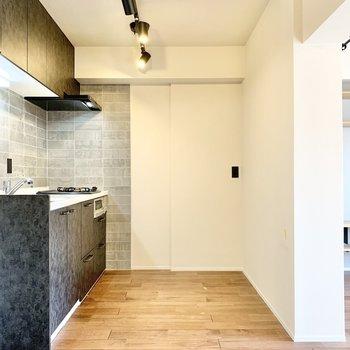 【LDK】キッチンスペースは広くて家電も難なく置けそう。※写真はクリーニング前です
