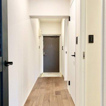 玄関やサニタリー、洋室へ繋がる廊下。※写真はクリーニング前です