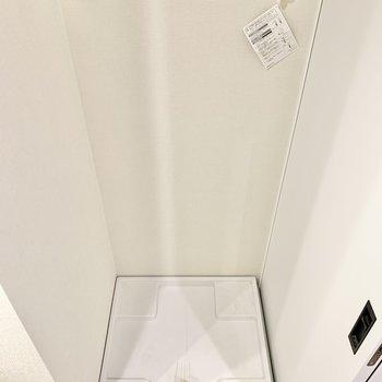 入り口横に洗濯機置き場があります。※写真はクリーニング前です