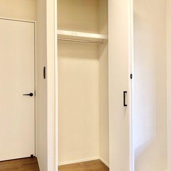 【洋室】丈の長いアウター類を掛けられますよ。※写真はクリーニング前です
