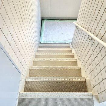 お部屋までは階段です。幅は少々狭めなのでご注意を。