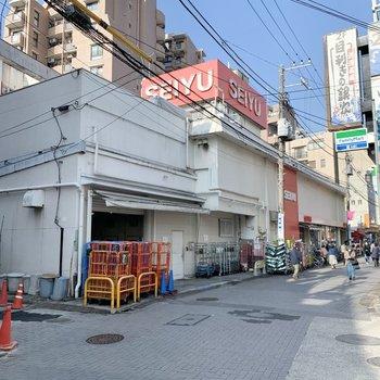 駅前にはスーパーがあって便利。