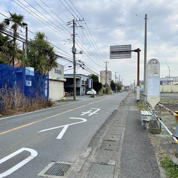 お部屋最寄りのバス停。ここからお部屋までは徒歩5分ほど。