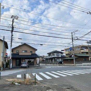 お部屋近くの交差点。ラーメン屋さんと和菓子屋さんがあります。