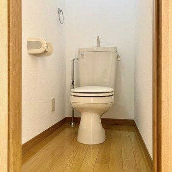 お手洗いはシンプルな空間。