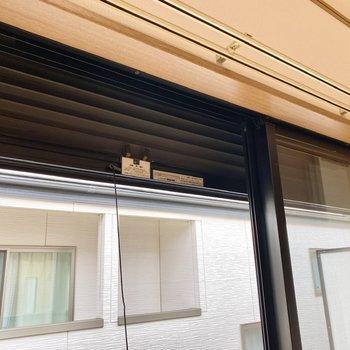 掃き出し窓にはシャッターがついています。