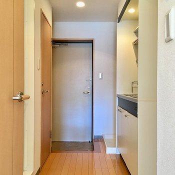居室を出て、廊下にキッチンです。※写真は1階の反転間取り別部屋のものです