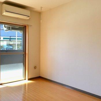 エアコン付き。夏も冬も安心です。※写真は1階の反転間取り別部屋のものです