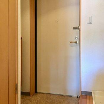 玄関横に洗濯機置き場があります。※写真は1階の反転間取り別部屋のものです