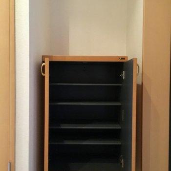 靴箱の上に写真など飾りたいな。※写真は1階の反転間取り別部屋のものです