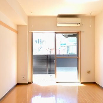 南西向きのお部屋です。左角にテレビが置けます。※写真は1階の反転間取り別部屋のものです