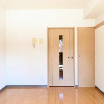 窓側から見ると。左角にチェストを置こうかな。※写真は1階の反転間取り別部屋のものです