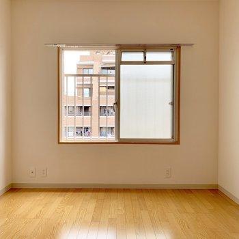 小窓付いてます。テレビも置けますよ!(※写真は4階の反転間取り別部屋のものです)