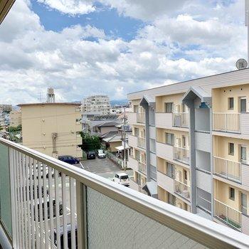 眺望はイマイチ。空は広いよ。(※写真は4階の別部屋からのものです)