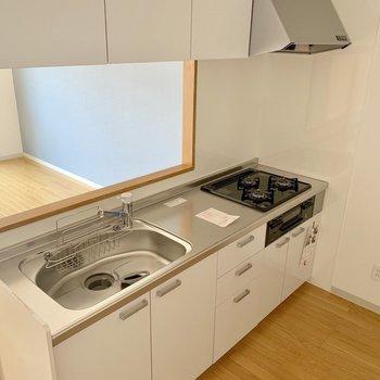 キッチンは対面式で、3口コンロ・グリル付き。(※写真は4階の反転間取り別部屋のものです)