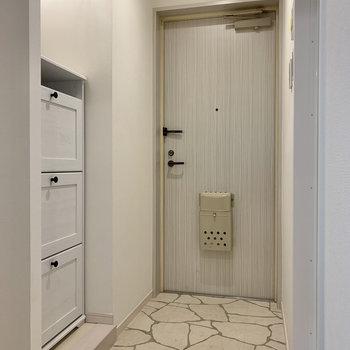 玄関は靴の脱ぎ履きがしやすい広さ。