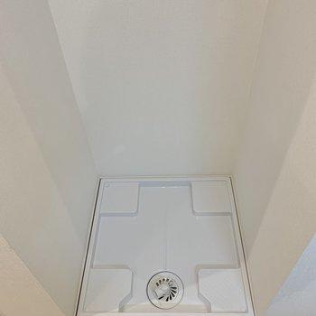 反対側に洗濯機置き場。奥まった場所にあるので玄関からは見えません。