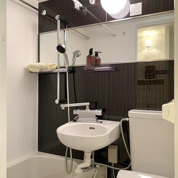 横長な鏡と大きめのシャワーヘッドも嬉しいポイント。※写真の雑貨はサンプルのものです