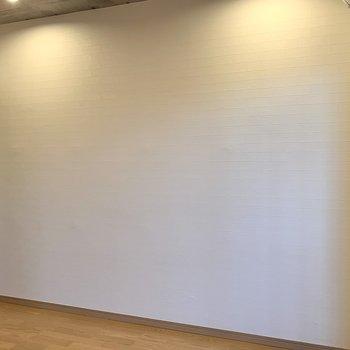 ベッドを置くならこちらの壁側かな。