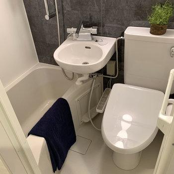3点ユニットバス。トイレは温水洗浄機付き。※写真の雑貨はサンプルのものです
