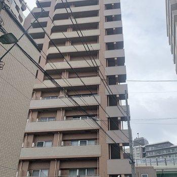 今回ご紹介するのは、13階建てマンションの2階のお部屋。