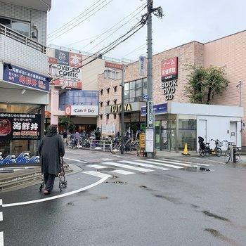 100円ショップや本屋さんなどお店も充実しています。