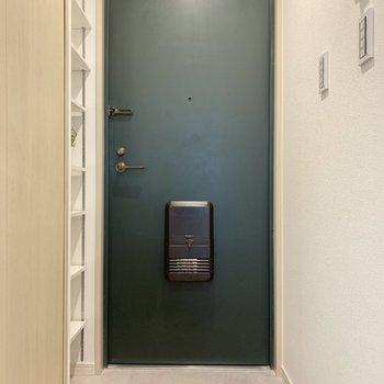 玄関扉はグリーン。